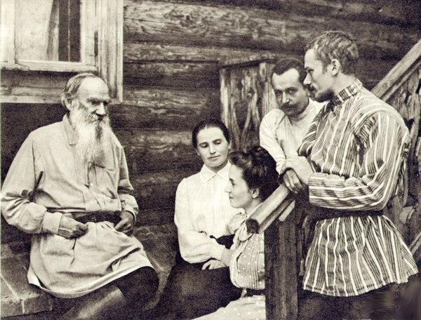 Лев Толстой в рубахе-косоворотке