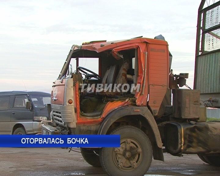 У автомобиля оторвался фаркоп и прицеп вылетел на идущий по встречной полосе КамАЗ. Водитель жив.