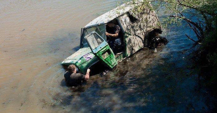 Победитель плывет к точке под мостом.