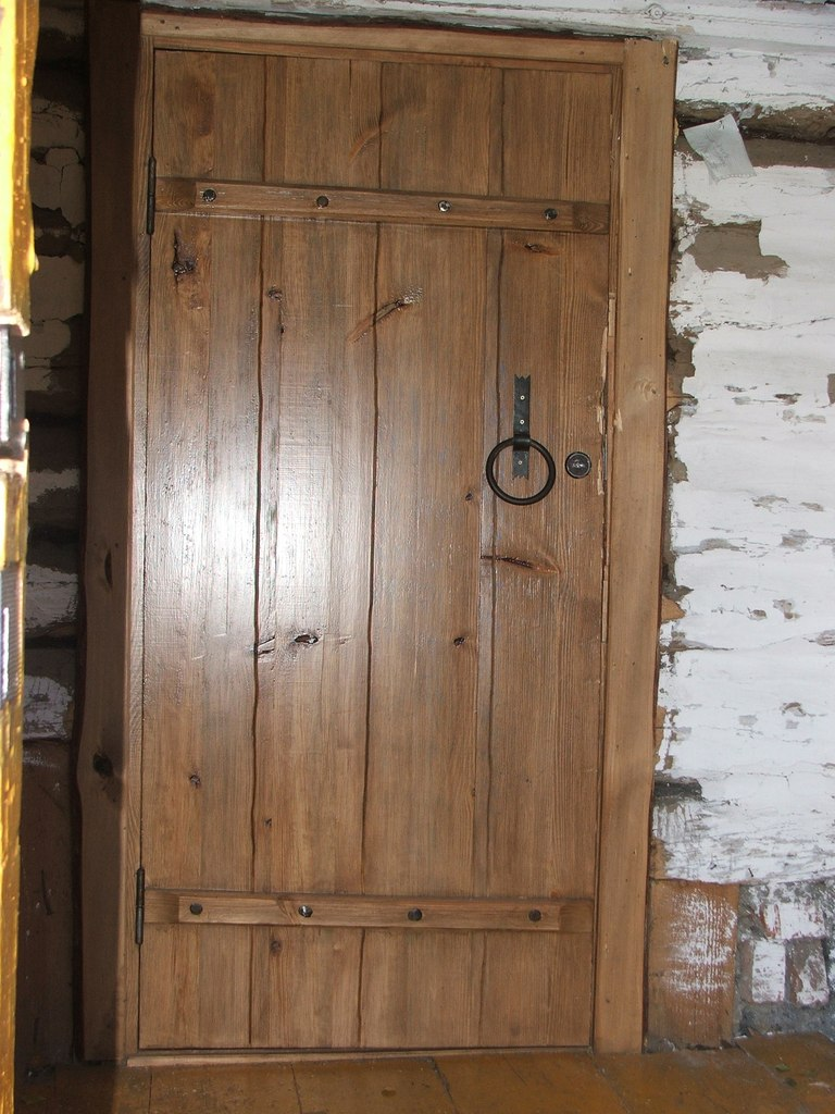 дверь с кованными элементами