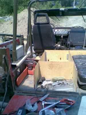 Видны ящики для шмурдяка, место под бензопилу