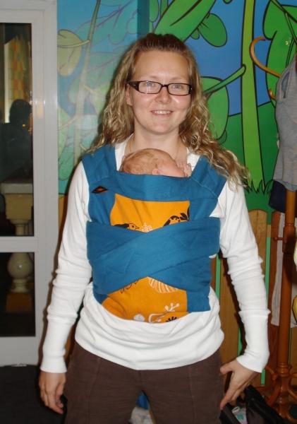 Вертикальное положение в май-слинге,   ребенку 3 недели