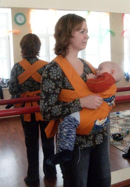 Кормление в горизонтальном положении в май-слинге, ребенку 1 год и 2 месяца